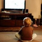 Шум телевизора помогает детям расширить словарный запас