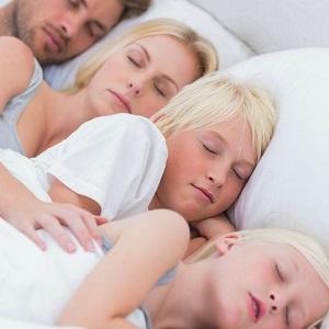 Определено, почему детям полезно, а взрослым вредно спать днем
